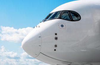 cockpit-nez-avion-passagers-dans-ciel-nuages-bleus_165577-530